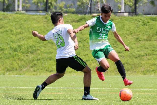 La Salle FC (green) shocked the defending champions FC Reigning Kickers.  Image courtesy of Karlyn Vivas.