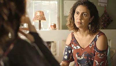 Penha (Clarissa Pinheiro) conta a história da morte de Genilson para Leila (Arieta Corrêa) — Foto: Globo