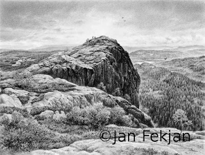 Bilde av digigrafiet 'Utsyn fra Tekslehogget'. Digitalt trykk laget på bakgrunn av tegning av landskap. Landskapsmotiv der hovedmotivet er en dramatisk fjellformasjon med utsikt til 'sju kirkesokn'. Bildet er i svart-hvitt, og er i breddeformat.