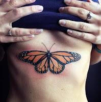 tattoo de mariposa debajo de los senos