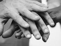 mani guarigioni compassione vangelo gesù regno commento testimonianza