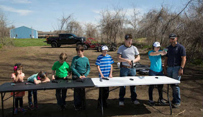 Anak-anak Anna Taylor diajarkan menembak dengan senapan.