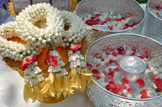 Puangmalai de jazmin y bols de agua perfumada
