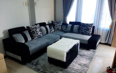 Ruang tamu minimalis dengan sofa dan meja