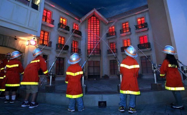 كيدزانيا دبى Kidzania dubai  اطفال يطفشون حريقة حرائق اطفائيون firemen kids children