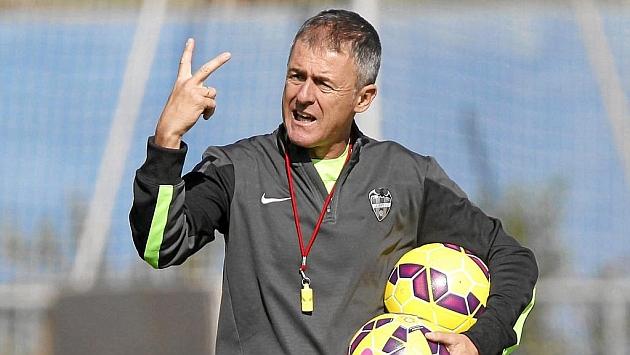 Lucas Alcaraz dirigiendo al Levante