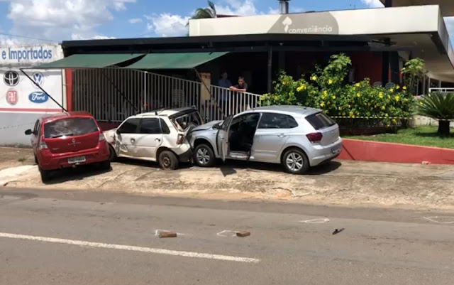 Motorista sobrevive após ser perseguido e ter carro atingido por cerca de 20 tiros!