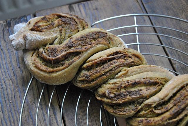 Frisch aus dem Ofen: Gedrehtes Pestobrot