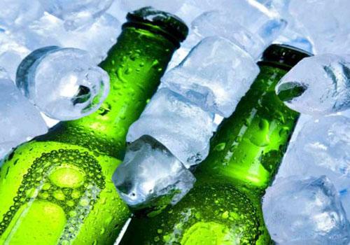 Cervezas sumergidas en agua con hielo.