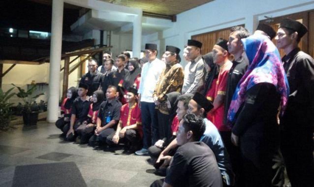 Foto hingga Cium Tangan, Meriahnya Karyawan Restoran Sambut Jokowi