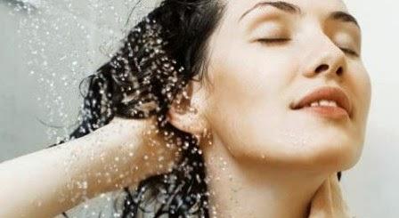 mencuci rambut dengan Air dingin