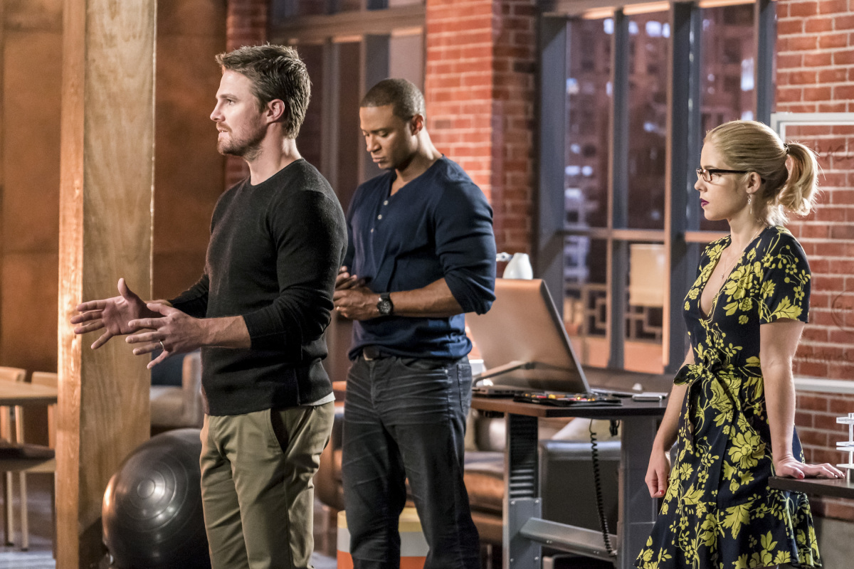 Stephen Amell, David Ramsey y Emily Bett Rickards en Arrow de The CW