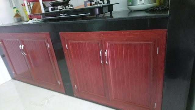 tủ bếp dưới nhôm kính giả gỗ