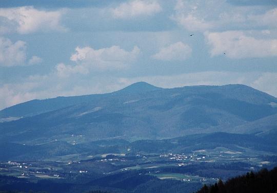 Zbliżenie na Mogielicę (1171 m n.p.m.) - najwyższy szczyt Beskidu Wyspowego