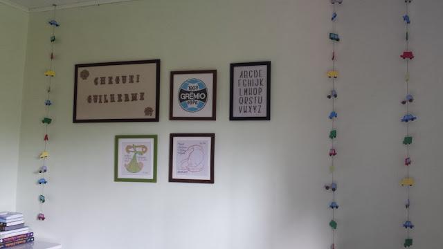 Móbile e composição de quadros no quarto dos meninos