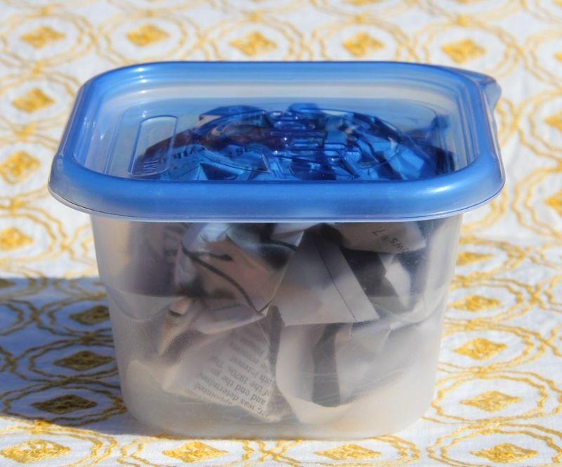 Wadah plastik diberi koran bekas untuk menghilangkan bau tak sedap (hometriangle.com)