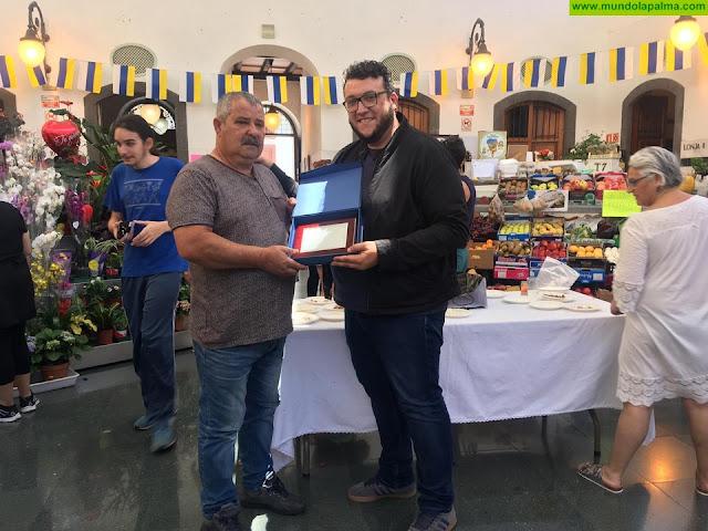 El Ayuntamiento de Santa Cruz de La Palma rinde homenaje a Luis Hernández, empleado ya jubilado del Mercado Municipal de Abastos La Recova