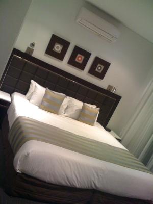 「Broad-beach-meriton-apartment」の客室で撮ったベッドルームの写真