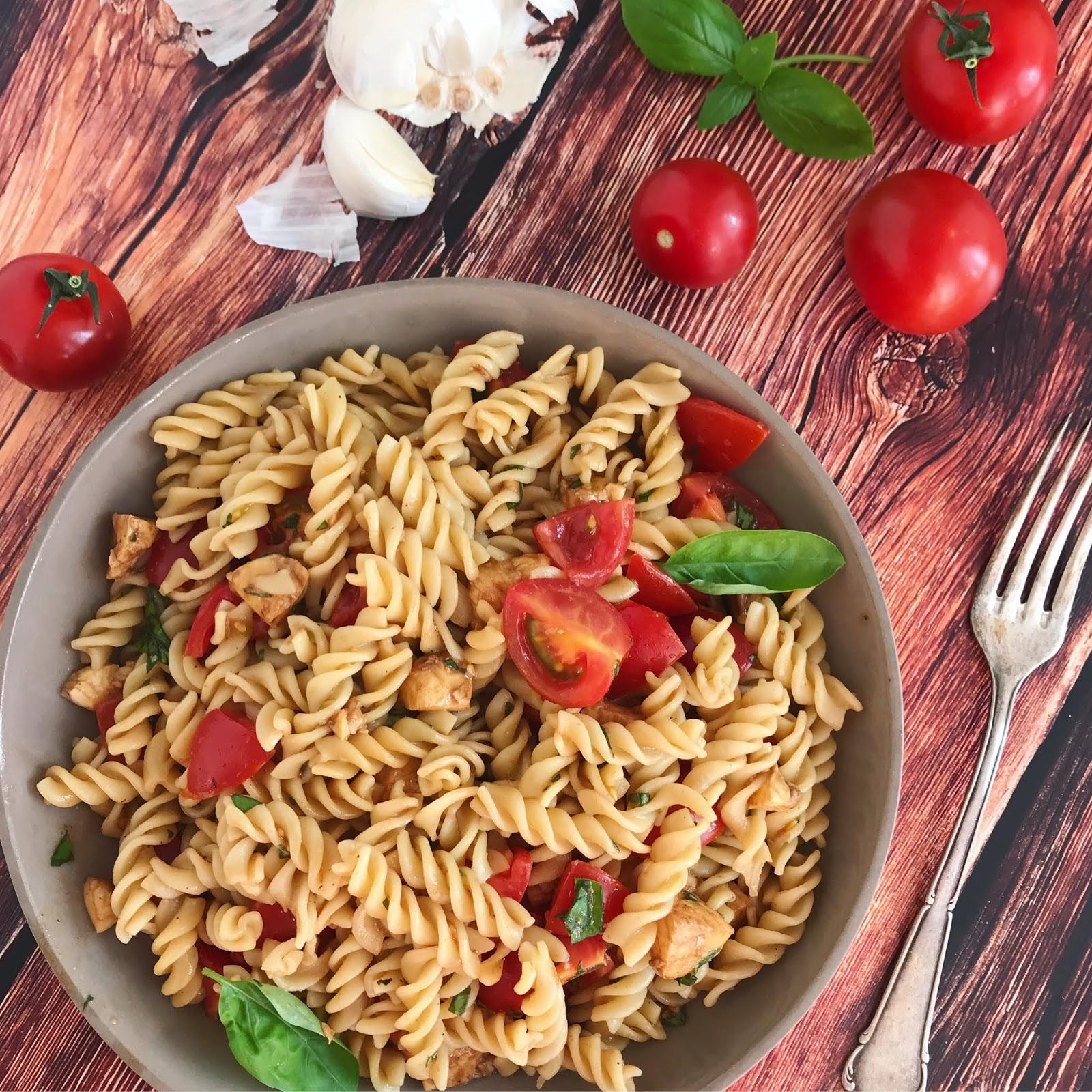 Tomate-Mozzarella-Nudelsalat