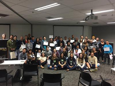 #Descrição da foto: Representantes de empresas, instrutores e alunos mostrando o certificado de conclusão do treinamento