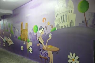 Artystyczne malowanie obrazu na ścianie w celu dekoracji ściany w barze. Warszawa