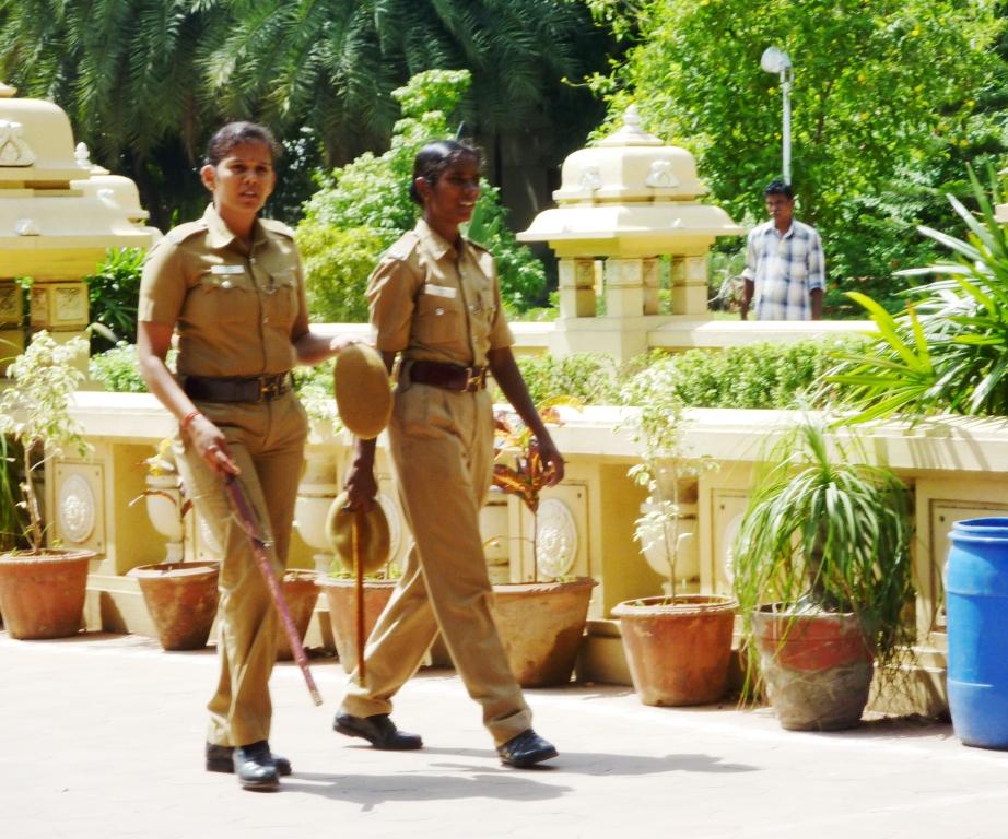 Why is the colour of the Indian police Uniform is Khaki ? देश में पुलिस की वर्दी का रंग खाकी, तो कोलकाता में सफेद क्यों?