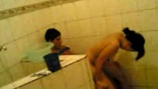 Nonton Bokep karyawan pesta sex di kamar mandi