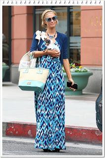 パリス・ヒルトン(Paris Hilton)は、フェンディ (Fendi)のサングラス、プラダ(Prada)のカーディガン、フォーペッツオンリー (For Pets Only)のキャリーバッグ、アライア (Alaia)のパンプス を着用。