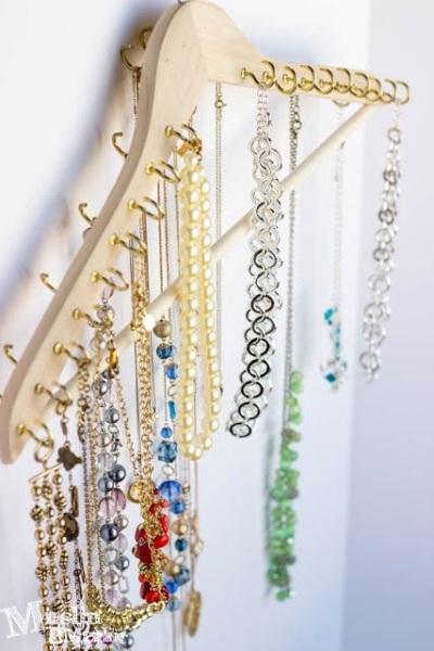 Pajang perhiasan dan aksesori menggunakan gantungan baju