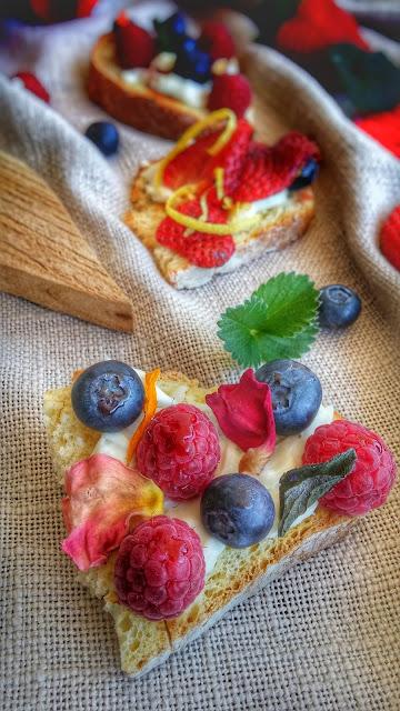 crostini dolci con crescenza e frutti di bosco