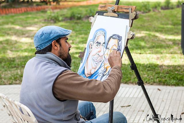 Caricaturista trabajando en una caricatura en vivo.