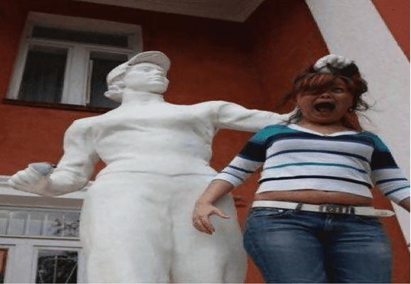 Criatividade-estátua-puxa-cabelo