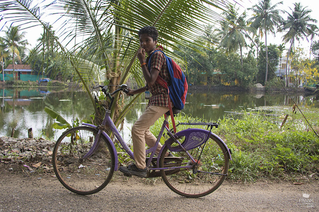 nino de kerala en bicicleta