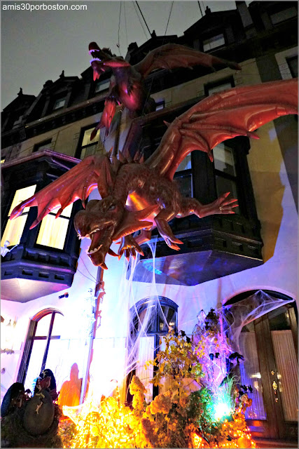 Decoraciones de Dragones por Halloween en Back Bay, Boston