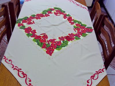 toalha de mesa com pintura de anturios vermelhos