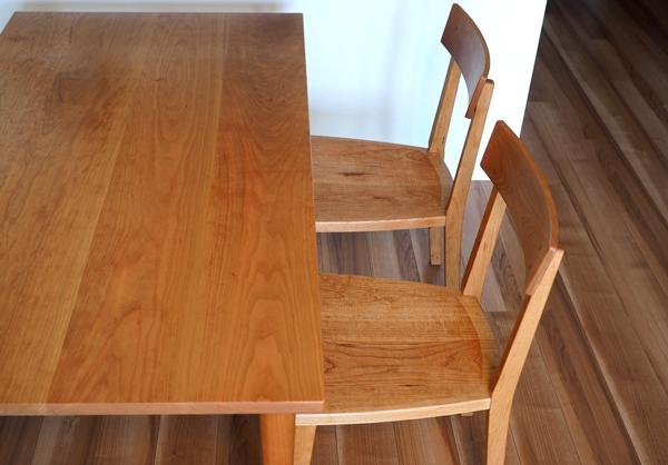 チェリー無垢の木のテーブルと椅子