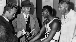 Jesse Owens hablando con periodistas tras su victoria