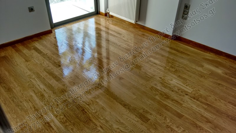 Λουστράρισμα σε ξύλινο πάτωμα