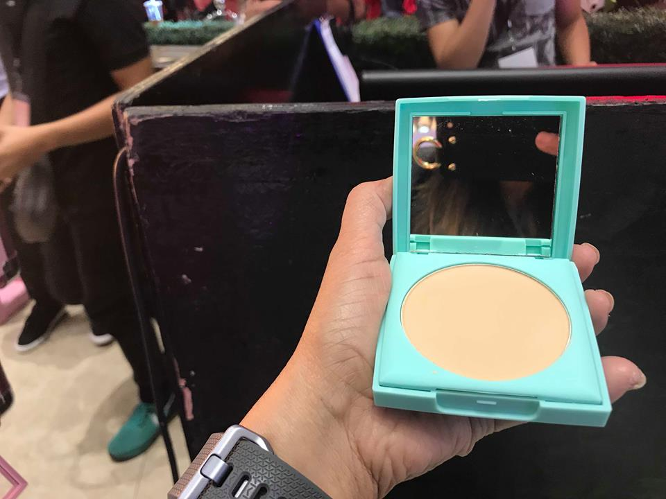 7c0db3f75 The Stay Fresh Weightless Pressed Powder (P499) comes with a sponge in a  separate hygienic compartment for easy application and retouch sessions.