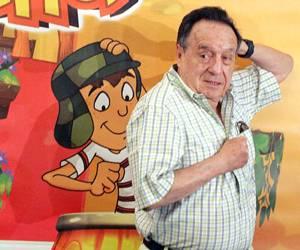 Roberto Gómez Bolaños posando con su personaje El Chavo del ocho en dibujo animado