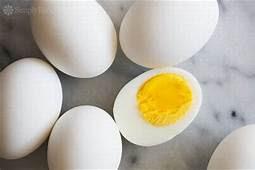 茹で卵と割って黄身が見えている卵