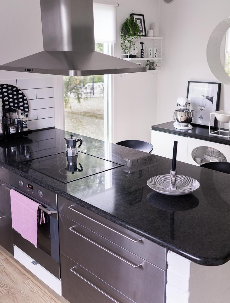 Home 2 tiny: köket i svarta huset ur alla vinklar och vrår
