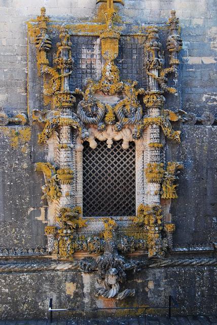 la célèbre fenêtre de Tomar à la décoration exubérante !