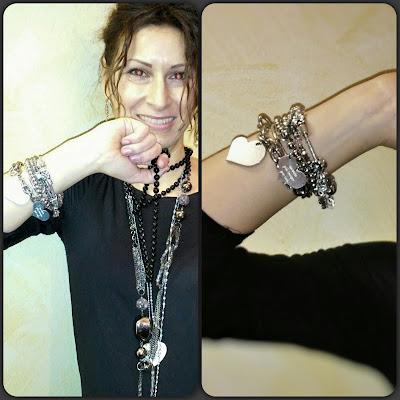 Foto di modella con bracciali e collane