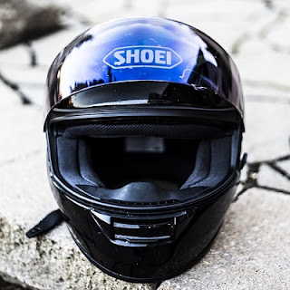 Membersihkan dan mencuci helm yang berbau dan berjamur