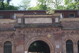 Ein aus Backsteinen gemauertes Tor