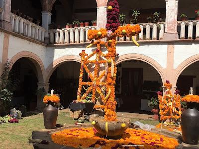 Ofrendas de Día de Muertos en el Palacio de Huitziméngari en Pátzcuaro