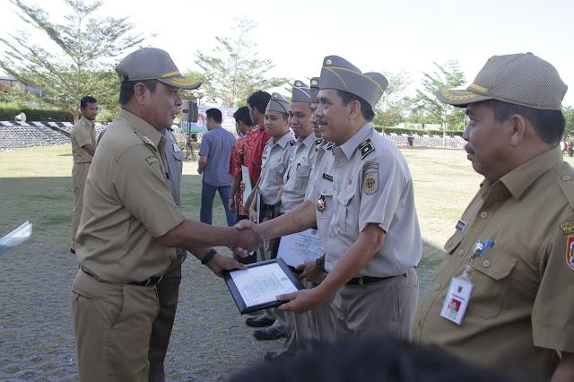 Gubernur Kalsel, H Sahbirin Noor Menyerahkan Penghargaan Kepada Karyawan/Karyawati BPN Kalsel yang Berprestasi dan Menyerahkan Sertifikan Atas Nama Perorangan dan Instansi Pemerintah.