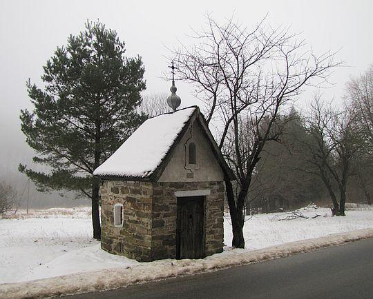 Kapliczka w Rostajnem z 1928 roku.