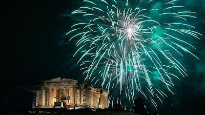 Кульминация Нового года - праздничный салют над Акрополем
